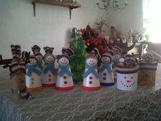 Adornos navideños con tubos vacios de papel y otros con vasos de duroport