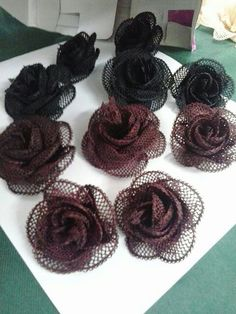 Karma gül Flower Crafts, Diy Flowers, Jute, Burlap Crafts, Needle Lace, Needlework, Crochet Earrings, Projects To Try, Arts And Crafts