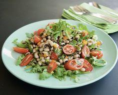 Αρωματική, νόστιμη, αλλά λάιτ και διαίτης. Αυτή η απλή, γρήγορη, υγιεινή σαλάτα με όσπρια δεν σε μπερδεύει. Τα μαυρομάτικα φασόλια με άγρια ρόκα, γλυκά ντοματίνια, πιπεριές και βινεγκρέτ με λεμόνι έχουν τόσο ξεκάθαρη γεύση που τη θυμάσαι. Salad Bar, Cobb Salad, Cooking Time, Food, Recipes, Eten, Recipies, Ripped Recipes, Meals