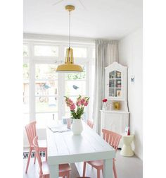 These unmissable ideas to decorate the dining room They will inspire you completely. East small dining room It is combined by a white table that is ac. Dining Room Colors, Kitchen Paint Colors, Dining Room Design, Pastel Kitchen Decor, Design Kitchen, Painted Chairs, Kitchen Chairs Painted, Painting Kitchen Chairs, Room Inspiration