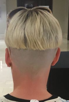 In order for a bowlcut to work, the nape must be shaved. Short Hair With Layers, Short Hair Cuts For Women, Short Hair Styles, Undercut Hairstyles, Down Hairstyles, Mushroom Hair, Bowl Haircuts, Shaved Nape, Girls Short Haircuts