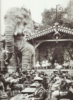 Paris 1899 : The gardens of Moulin Rouge, a cabaret in Paris, featured a gigantic stucco elephant, into which men could climb for private shows in the creature's belly. No women were allowed for these shows, except for the entertainers. Old Paris, Vintage Paris, Paris 1900, Foto Vintage, Belle Epoque, Old Pictures, Old Photos, Vintage Photographs, Vintage Photos
