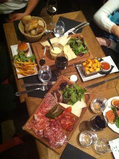Restaurant / bar à tapas proposant de gourmandes planches de charcuterie et de fromage. Bonne ambiance!