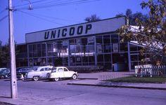 https://flic.kr/p/KQynEH   UNICOOP un sistema cooperativo para autoservicio en Chile, 1963, Ryan Stansifer    nació, en 1961, bajo el nombre de Cooperativa Unicoop, perteneciente a la Iglesia Católica. Poco antes, en 1957, se había instalado en el exclusivo barrio de Providencia el supermercado Almac, al que pronto le siguieron otros. La finalidad de Unicoop era más bien social, ofreciendo productos a alto precio y ubicando sus locales en sectores populares. Tras la crisis económica de…