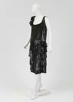 Evening Dress 1925 Coco Chanel Silk, plastic The Metropolitan Museum of Art Front 1 20s Fashion, Fashion History, Art Deco Fashion, Vintage Fashion, Edwardian Fashion, Coco Chanel 1920s, Vintage Chanel, Belle Epoque, 20s Outfits