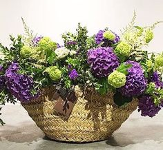 A basket full of flowers, the perfect gift Natural, Green Wedding, Hydrangea, Beautiful Flowers, Succulents, House Styles, Instagram Posts, Plants, Gifts