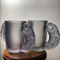 René Lalique - circa 1929 - Vase « Pétrarque » - verre améthyste moulé-pressé ; anses collées à chaud - Vase « Pétrarque » - verre blanc moulé-pressé ; anses collées à chaud patinées bleu ciel