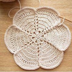 Pin on Crochet and Knitting Crochet Leaves, Crochet Circles, Crochet Round, Crochet Home, Diy Crochet, Crochet Flowers, Crochet Coaster Pattern, Crochet Doily Patterns, Crochet Motif