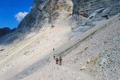 SUA MAESTÀ LA MARMOLADA Con i suoi 3.343 metri, la Marmolada è la vetta più alta delle Dolomiti di cui ha il ruolo indiscusso di Regina. Situata tra il Cordevole e la Val di Fassa affascina con il suo brillante bagliore. http://www.jonas.it/trekking_dolomiti_marmolada_457.html