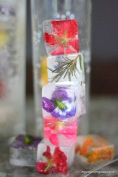 DIY Edible Flower Ice Cubes! So Pretty! #DIY #Edible #Flower #Drinks #Cocktails #Party_Ideas #Ice_Cubes