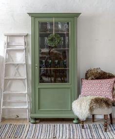 Ljuvligt litet vitrinskåp i grönt    SÅLT Linen Cabinet, Tall Cabinet Storage, Upcycled Furniture, Painted Furniture, Beautiful Interior Design, Furniture Makeover, Home Gifts, China Cabinet, Decoration