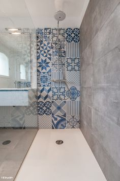 Bathroom and blue cement tiles: bathroom style by pixcity - Angel White- Badezimmer und blaue zementfliesen: badezimmerstil von pixcity – Angel White Bathroom and blue cement tiles: bathroom style of … - Bathroom Layout, Bathroom Sets, Bathroom Interior, Modern Bathroom, Small Bathroom, Shower Bathroom, Vanity Bathroom, Master Bathroom, Bad Inspiration