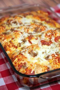Quick Pizza Casserole Recipe - bisquick, pizza sauce, cheese, pepperoni, sausage - takes minutes to mix together - ready in 30 minutes! Great change to pizza night! Would this work with GF bisquick I wonder? Pizza Recipes, Cooking Recipes, Beef Recipes, Dog Recipes, Chicken Recipes, Potato Recipes, Jamaican Recipes, Hamburger Recipes, Family Recipes