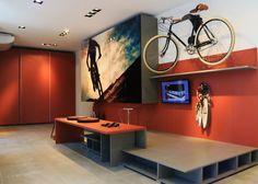 <span>Neste ambiente jovem e urbano, o hobby do morador está estampado nas portas do armário. O laranja revestindo paredes e armários dá ainda mais personalidade ao ambiente</span>