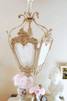 Lanterne  lustre de style 18ème en bronze, patiné lin. Orné de dentelle de jeanne d'arc living. Lantern shabby chic