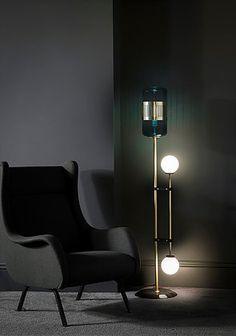 BERT FRANK - Lampadaire - Lizak Laiton et vert. Sophistiqué et inattendu, le lampadaire Lizak juxtapose des nuances de verre cylindriques à des globes opalescents sur des bras en laiton linéaires. Fondé avec une base de marbre solide dans le noir ou le blanc, il offre un jeu séduisant sur le contraste et prêtera l'élégance à n'importe quelle pièce. H: 1460mm W: 300mm