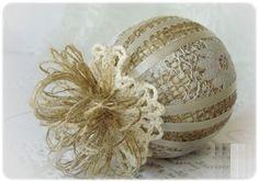 Очень тонкое кружево на елочном шаре, оклеенном мешковиной с редким плетением, плюс ленты в цвет