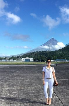 Heart Evangelista Jeans And T Shirt Outfit Casual, White Shirt Outfits, Denim Outfit, Heart Evangelista Style, Power Dressing Women, Semi Formal Outfits, Filipina Actress, Looks Chic, How To Wear Scarves