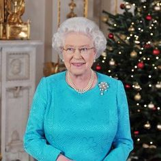 From Her Majesty's Jewel Vault: Queen Victoria's 11 Pearl Brooch Royal Family Christmas, Christmas In England, Christmas Tree, Queens Jewels, British Royal Families, Queen Of England, Queen Mother, Save The Queen, Buckingham Palace