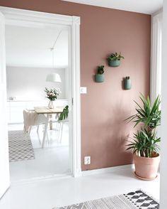 love the blush color on the walls, beautiful take on Scandinavian interiors Blush Living Room, Blush Bedroom, Decor Room, Living Room Decor, Home Decor, Apartment Interior Design, Interior Styling, New Room, Beautiful Interiors