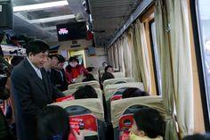 Ứng dụng dịch vụ di động cho hành khách trên tàu  Ứng dụng dịch vụ di động cho hành khách trên tàu với các dịch vụ vô cùng tiện ích như đặt đồ ăn, khách sạn, đặt vé tiếp, giải trí...  Với mục tiêu hướng tới dịch vụ chủ động, linh hoạt và phục vụ tối đa nhu cầu của hành khách đi tàu, Tổng Cty Đường sắt Việt Nam phối hợp với Cty Cổ phần Viễn thông Hà Nội (Hanoitelecom)  http://dichvudidong.vienthong.com.vn/tin-tuc/ung-dung-dich-vu-di-dong-can-thiet-cho-hanh-khach-tren-tau.html