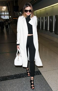 Miranda Kerr knows just like every other celeb that the most flattering piece in your wardrobe is a long trench coat or duster jacket to elongate your figure and flatter every body type Long White Coat, White Trench Coat, Trench Coat Outfit, Classy Outfits, Cool Outfits, Miranda Kerr Style, Winter Travel Outfit, Travel Outfits, Outfit Invierno