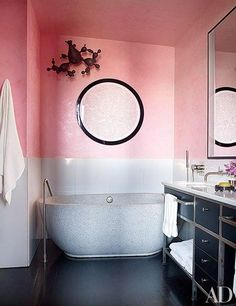 In the master bath of his New York City apartment, designer Jamie Drake covered the Venetian-plaster walls in Benjamin Moore's Perky Peach. What a juicy color/texture! Architectural Digest, Bad Inspiration, Bathroom Inspiration, Jamie Drake, Best Bathroom Paint Colors, Pink Bathrooms Designs, Venetian Plaster Walls, Boffi, New York City Apartment
