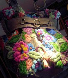 Cartera / bolso con flores bordadas a mano con lana mezcla con poliéster sobre loneta de algodón.Tienda de Costumbres. Buenos Aires - Argentina #tiendadecostumbres #bordadoamano #hechoamano #alfombrastelar #cartera #bolso #bolsobordado