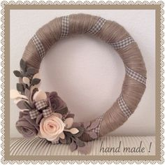 Ghirlanda hand made ricoperta di lana decorata con rose di pannolenci...