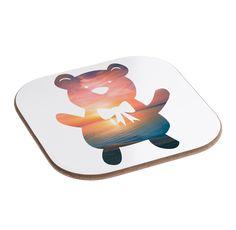 Quadratische Untersetzer Teddybär aus Hartfaser  natur - Das Original von Mr. & Mrs. Panda.  Dieser wunderschönen Untersetzer von Mr. & Mrs. Panda wird in unserer Manufaktur liebevoll bedruckt und verpackt. Er bestitz eine Größe von 100x100 mm und glänzt sehr hochwertig. Hier wird ein Untersetzer verkauft, sie können die Untersetzer natürlich auch im Set kaufen.    Über unser Motiv Teddybär  Teddybären oder Knuddelbären sind heute nicht mehr nur bei Kindern beliebt. In jedem Kinderzimmer ist…