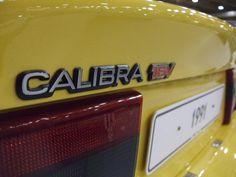 El Opel Calibra fue un coupé 2+2 con motor delantero transversal, y estaba disponible con tracción delantera o a las cuatro ruedas, pero lo que de verdad marcó a fuego a sus poseedores fue su comportamiento. En España se empezó a vender en 1990 y estuvo en los concesionarios hasta 1997, cuando dejó de fabricarse. Entre los años 1993 y 1994 se produjo un restyling en el modelo, incluyendo equipamiento más completo y con ligeros cambios en el interior y exterior para mantenerse al día.