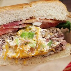 Basic spicy cheeseburgers can't compete with this stuffed masterpiece. - Basic spicy cheeseburgers can't compete with this stuffed masterpiece. Save the recipe on our app - Grilling Recipes, Cooking Recipes, Grilling Ideas, Tofu Recipes, Spicy Recipes, Steak Recipes, Turkey Burger Recipes, Stuffed Hamburger Recipes, Yummy Food