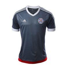 Ponte la camiseta y apoya a la selección de futbol de Paraguay con el jersey de visita Adidas. Apoya a la Albirroja en todos lados con este jersey Adidas, que cuenta con tecnología climacool permitiéndote estar seco y fresco mientras apoyas a tu equípo. Tiene el escudo de la Asociación Paraguaya de Futbol en el pecho y la leyenda