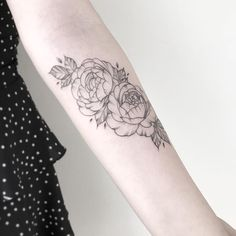 Tatuagem criada por Pétala Cavalcanti de Curitiba.    Flores em traços finos no braço.