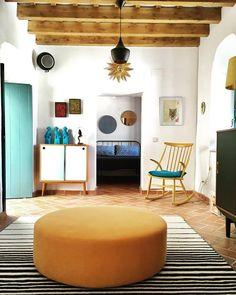Uno de nuestros muebles en un espacio totalmente ecléctico Floor Chair, Entryway Bench, Oversized Mirror, Gallery Wall, Flooring, Countryside, Mood, Furniture, Home Decor