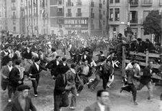 Fotos antiguas de los encierros de San Fermín - Toros y mozos en la curva de Telefónica #Pamplona #Sanfermines