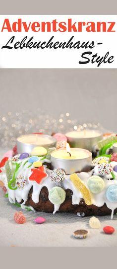 Ein bunter selbst gebackener Adventskranz aus Lebkuchen verziert wie ein Lebkuchenhaus für Kinder mit Kindern gemacht, ein unkonventioneller Adventskranz