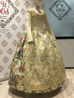 Clara María Parejo FMIV estrena vestido Recepción reconocimiento UNESCO French Lady, European Dress, 18th Century Fashion, Folk Costume, Lolita Fashion, Vintage Sewing Patterns, Traditional Outfits, Vintage Dresses, Beautiful Dresses
