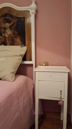 #relooking ambiente e mobili. per la parete colore Poudre. comodino colore Meringue. cuori in legno colore Podre https://www.facebook.com/passionartVintage/