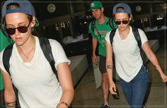 Kristen Stewart Desembarcando No Aeroporto De Los Angeles Em 27 De Setembro De 2014 Kristen foi fotografada chegando no aeroporto de Los Angeles, voltando de Singapura, onde estava gravando seu novo longa, Equals.