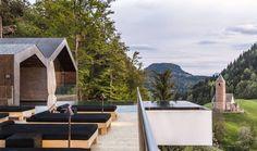 Infinity Pool im Miramonti Boutique Hotel mit einzigartiger Aussicht auf die Berge in Südtirol Dolomiten