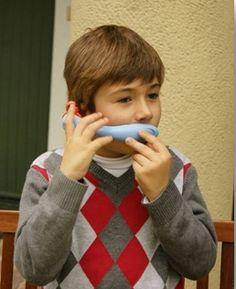 El whisper permite un feedback auditivo y estimula la comunicación verbal.  http://www.hoptoys.es/WHISPER-PHONE-NINOS-p-3244-c-376.html