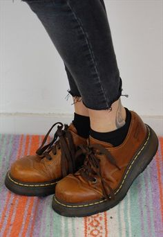Doc Martens have been in style for almost 60 years, discover what made them so popular. We also discuss how to wear them in style! Red Shoes, Sock Shoes, Cute Shoes, Me Too Shoes, Brown Shoes Outfit, Dr. Martens, Look Fashion, Fashion Boots, Brown Dr Martens