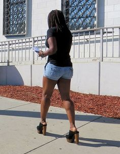 Shorts With Tights, Levi Shorts, Barefoot Girls, Clogs Shoes, Running, Lifestyle, Clothes, Female Feet, Clogs