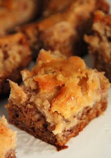 Jo and Sue: Banana Bread Cheesecake Bars Cheesecake Desserts, Cookie Desserts, Just Desserts, Delicious Desserts, Brownie Recipes, Snack Recipes, Dessert Recipes, Dessert Ideas, Snacks