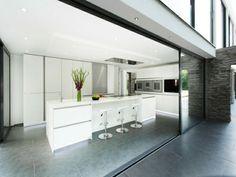 Eine moderne Kücheninsel ist eigentlich eine sehr interessante Möglichkeit den Platz in einer großen Küche funktionell zu benutzen.