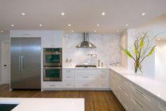 caesarstone organic white counters, marble backsplash and BM OC-29 floral white cabinets
