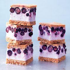 Gör din egen sandwichglass i form. Mellan digestivelocken finns den ljuvligaste blåbärscheesecaken som du inte behöver någon glassmaskin för att lyckas med. Bara att skära upp i bitar och servera till fikasugna barn och vuxna.