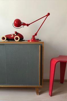 Noch heute begeistert uns der Designklassiger aus dem Jahre 1950. Es gibt die Tischleuchte in verschiedenen Farben und sie ist auch als Stehleuchte erhältlich. Desk Lamp, Table Lamp, Lighting, Design, Home Decor, Light Fixtures, Colors, Table Lamps, Decoration Home