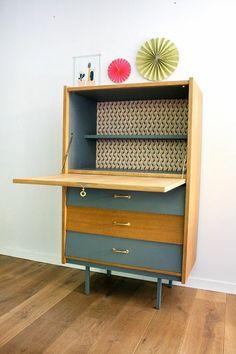 grand meuble de rangement pour la maison en style rétro, intérieur en papier peint aux losanges et motifs géométriques, customiser un meuble d'entrée